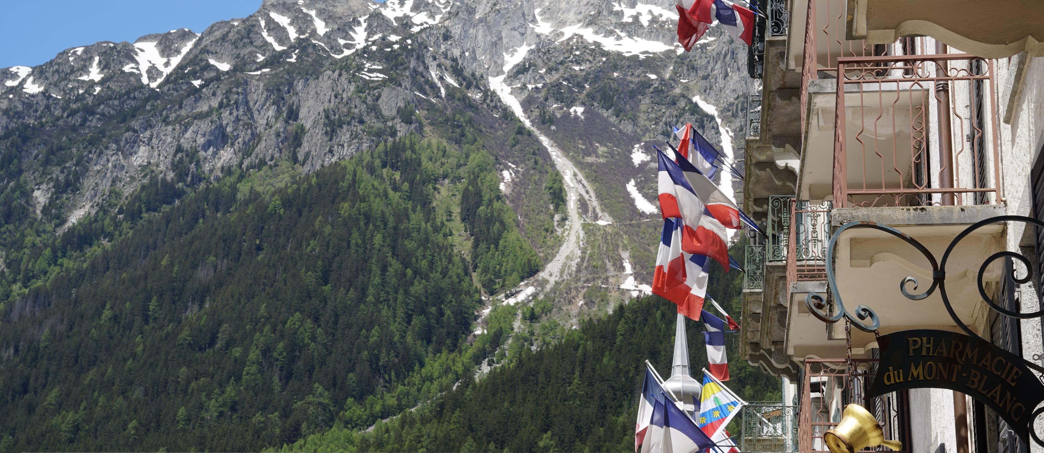 Banderas francesas en Chamonix con montaña al fondo