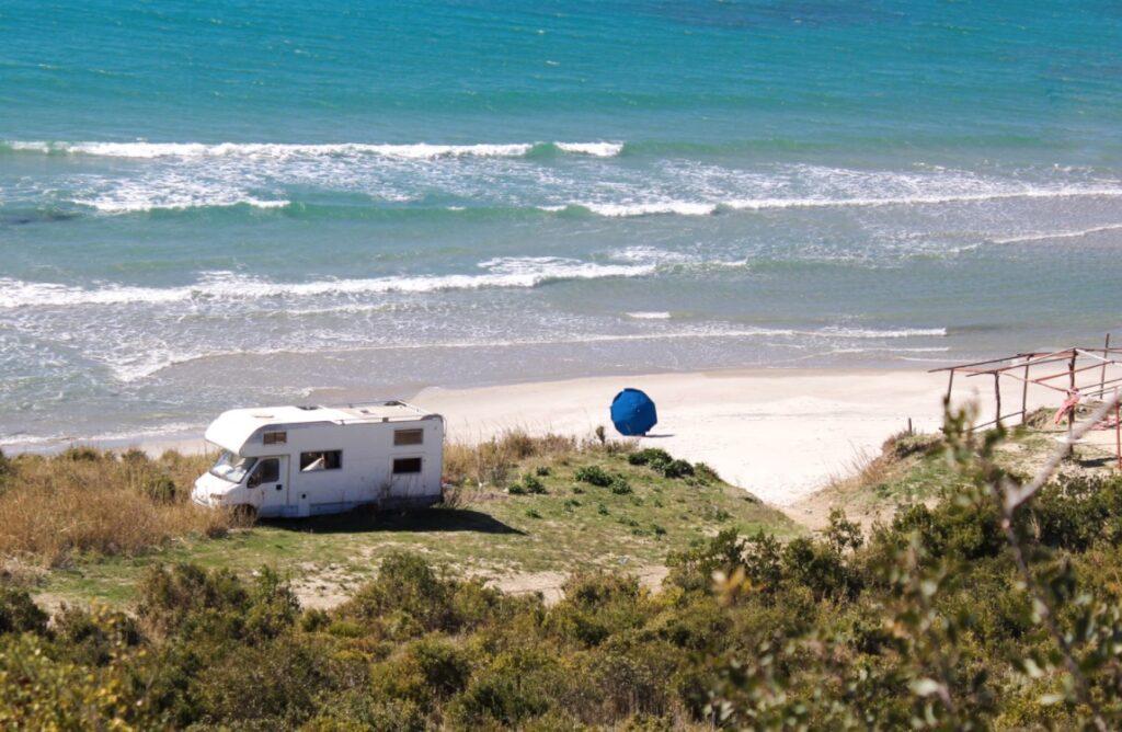 Autocaravana en playa desierta